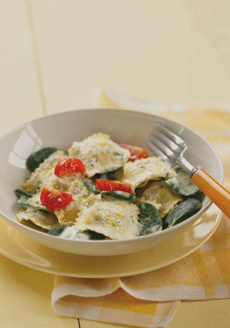 Ravioles con crema y espinacas-El queso crema untable con cebollino y cebolla es nuestro secreto para esta salsa cremosa y fácil de hacer, prepárala en solo unos minutos. Tu familia amará este twist a sus ravioles favoritos.