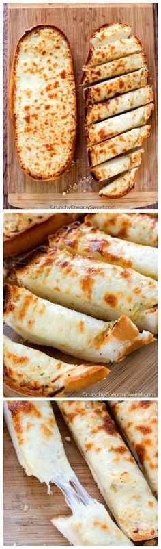 Easy Cheesy Garlic Bread : 1 miche de pain italien, 1/2 tasse beurre fondu, 1 cc poudre d'ail, 1 tasse mozzarella râpée.Préchauffer le four à 200°.Tapisser une plaque pâtisserie de papier sulfurisé. Couper le pain en longueur. Badigeonner les deux morceaux avec le beurre fondu. Saupoudrer de poudre d'ail. Couvrir avec un papier d'alu et mettre au four 10 à 12 minutes. Découvrir pain. Garnir de fromage et remettre au four quelques minutes jusqu'à ce que le fromage soit fondu.Trancher et…