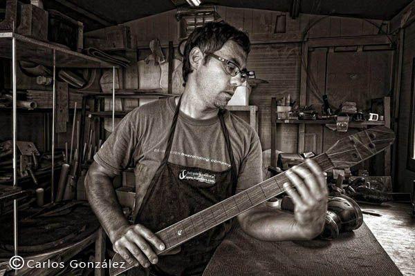 Luca Canteri, es lutier constructor de sonidos armónicos, eligió Villaverde para vivir, Luca nos recibe en su minúsculo taller repleto de recortes de madera