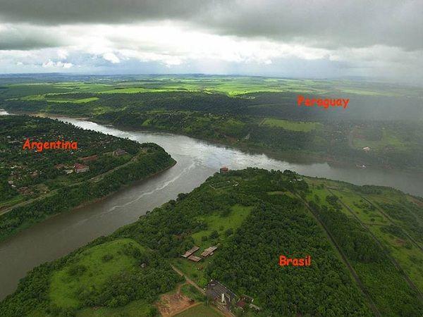 阿根廷、巴拉圭和巴西之間的邊界: 那河被稱為三重邊境,這樣三國鼎立的情況還挺微妙的。這三個國家是被Iguazú 河和Paraná 河劃分。 (Boundaries between Argentina, Paraguay and Brazil)