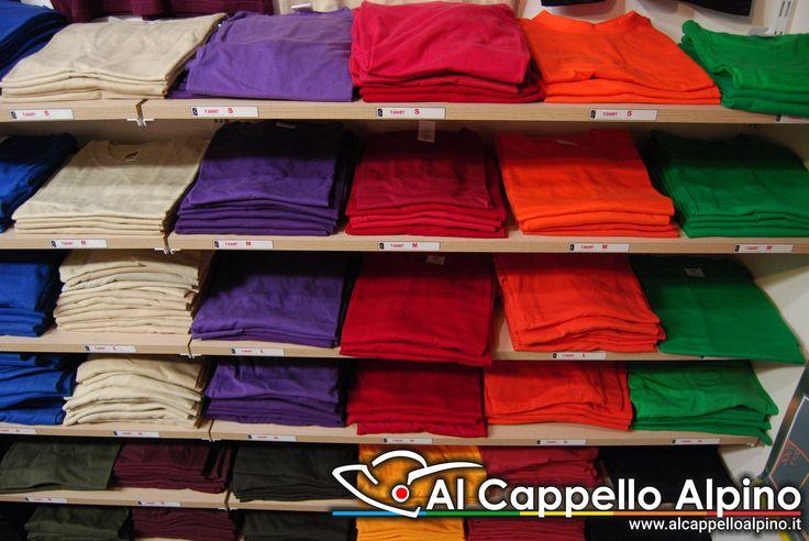 Un enorme catalogo di magliette a tua disposizione e un'infinita possibilità di personalizzazione di scritte, colori e disegni. Per informazioni visita il nostro sito: http://www.alcappelloalpino.com/catalogo/abbigliamento/t-shirt-polo/