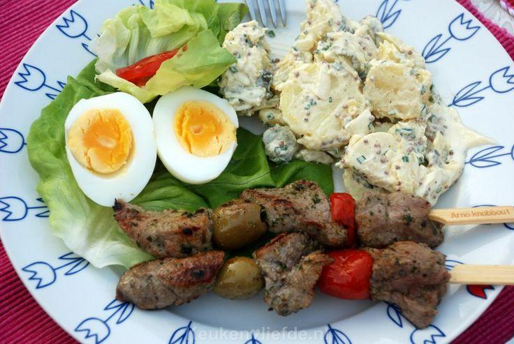 Duitse aardappelsalade / - 3 grote aardappels  - 1 el verse bieslook  - 1/2 zoete witte ui  - 2 middelgrote augurken  - 2 tl kappertjes  - 2 el mayonaise  - 1 1/2 el slagroom  - 1 1/2 el zachte mosterd  - zout en peper