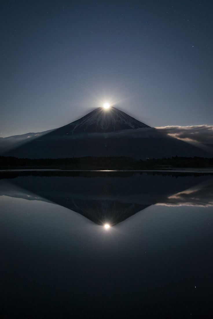 In Japan, the moon overlapping with the top of Fuji is called Pearl Fuji (in the case where the sun overlaps with the top of Fuji, the phenomenon is called Diamond Fuji). Pearl Fuji reflected in the water is called Double Pearl Fuji.
