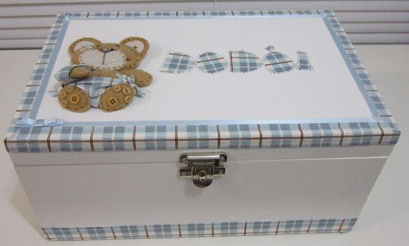 """Caixa em mdf para remédios. Pintada à mão, com vários detalhes de tecido, feltro, botões e fitas... O tema, tecido e cores, podem ser alterados, conforme a preferência. Como pode ver na foto ao lado, também tem a versão feminina: """"Ursinha dodói"""",  Neste caso, o tecido usado na caixa acompanha a delicadeza do rosinha... Sugestão: Que acompanhe o tema do quarto do bebê. R$ 85,00"""