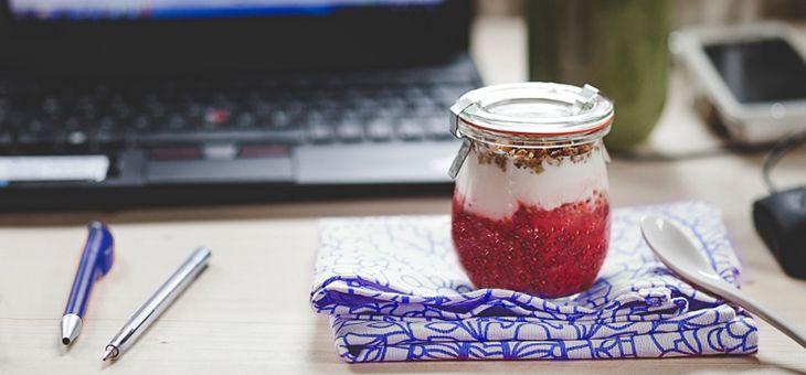 Yogurt con purea di frutti rossi e semi di chia
