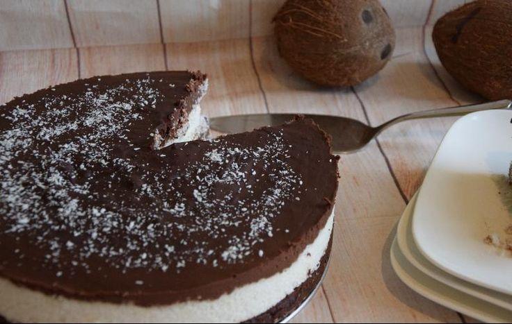 Mια λαχταριστή τούρτα χωρίς ζάχαρη και…τύψεις! Τι θα χρειαστούμε: Για τη βάση: 150 γρ αποξηραμένη καρύδα τριμμένη 200 γρ νερό ή γάλα καρύδας (κονσέρβα και