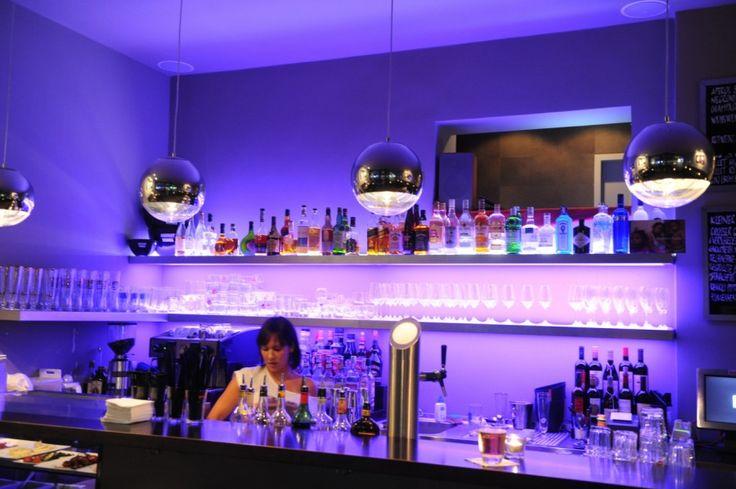 Beim abendlichen aperitivo in der bar antiquariat kann man for Design hotels norditalien