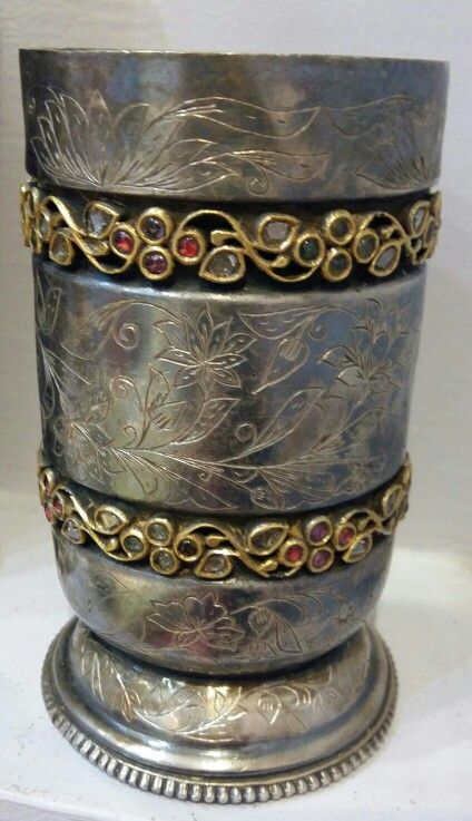 MUGHAL DIAMOND AND GEMSTONE-SET SILVER AND GOLD BEAKERS. XVIIITH CENTURY.  (11cm x 7.5cm)