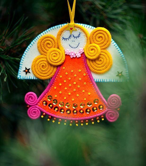 Deze foto'stonen de zo rijk gekleurde kerstboomversieringen, handgemaakt door Ewa Miller.Haar mooie engelen, sterren en kerstbomen zijn ontleend aanPoolse volkskunst. Zie ook: Afbeeldingen…