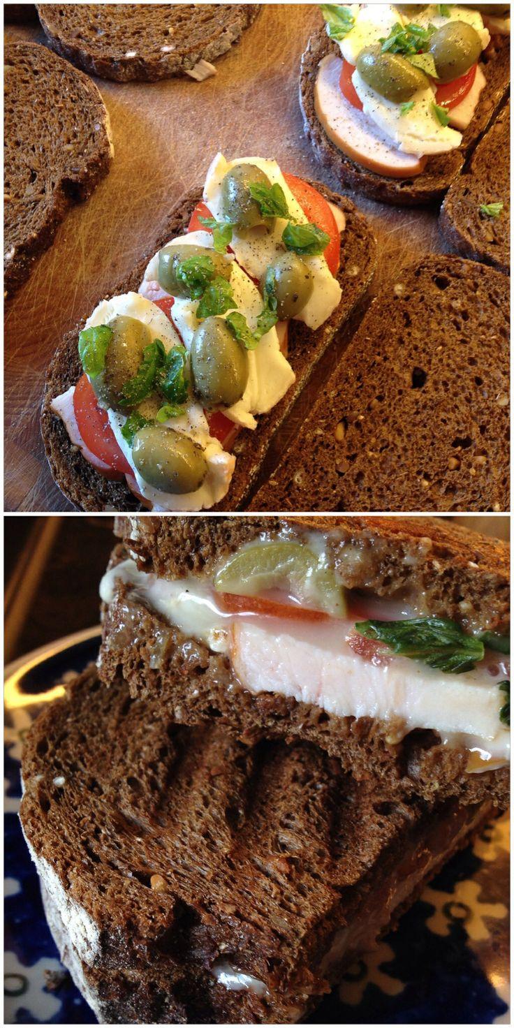 Overheerlijke tosti! | boerenbrood, gerookte kip, tomaat, taleggio, groene olijven, basilicum en vers gemalen peper | smullen maar!