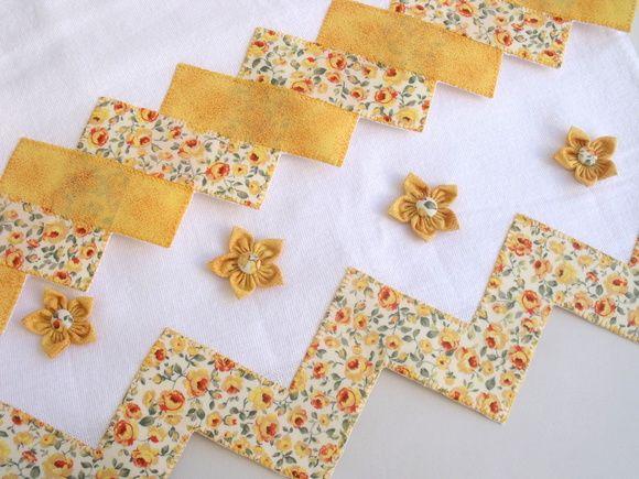 Pano de prato com flor de fuxico (Yo Yo flowers) da Lavanda Artes.