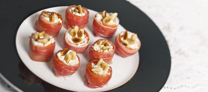HAPJE – 15 MIN – 4 PERSONEN * Dit hapje met tomaat, roomkaas en parmaham mag niet ontbreken op een feestje.  Ingrediënten 12 cherrytomaatjes 1 eetl pijnboompitjes 50 gr roomkaas 4 plakjes parmaham