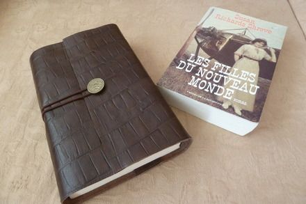 Ambiance masculine pour ce protège livre réalisé en vachette .Il  pourra  protéger un  livre préféré  ou  assurera de nombreuses lectures discrètes . Convient pour des liv - 7853103