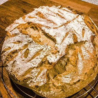 Můj páteční kváskový chleba. Foceno v 11 v noci telefonem. Není to nejlepší obrázek, ale... když musíš, tak musíš 😊! My Friday night sourdough bread. This makes my day. This is not the best picture, but it's almost midnight! #sourdough #spicycrumbs #sourdoughbread #homebaked #homemadebread #breadbaking #sourdoughstarter#ryebread #wheatbread #homemadesourdough #healthyfood#deliciousbread #foodblog #lovecooking #deliciousfood#simplefood #foodphotography #foodpics #foodporn #breadoftheday…