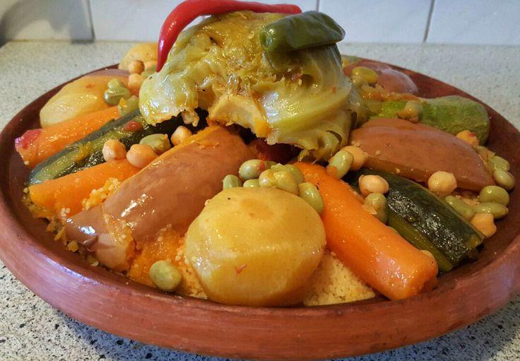 Vandaag heb ik couscous met kalfsvlees en groenten gemaakt. Qua groenten mag je gebruiken wat je zelf lekker vindt en de hoeveelheid ligt er ook aan wat je zelf wilt. Maar ik heb hieronder geschreven wat ik allemaal zelf heb gebruikt.