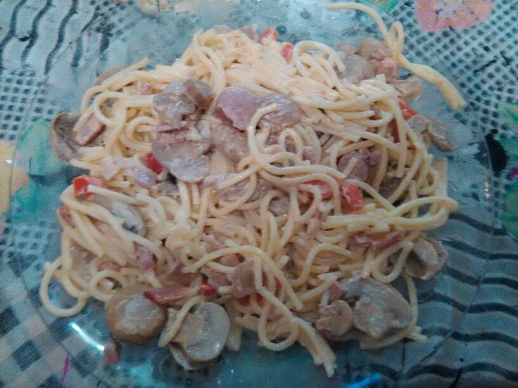 Esparguete,  cogumelos, bacon, salsichas e natas