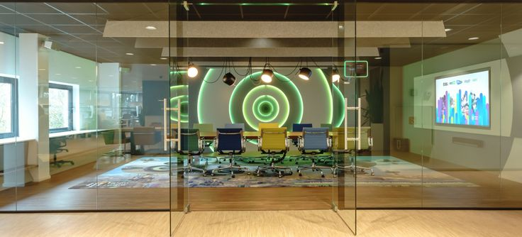 Bij Talpa Radio is gebruik gemaakt van glazen wanden deze ruimte is te overweldigend om achter een dichte wand weg te stoppen.