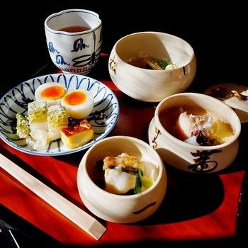 三ツ重ね鉢や名物の瓢亭玉子、吸い物などを味わったあとに、おかゆが出てきます。3月16日~11月30日は朝がゆ、12月1日から3月15日はうずらがゆをいただけます。朝食としては高級ですが、せっかく京都に来たのなら、一度は味わいたい一品です。