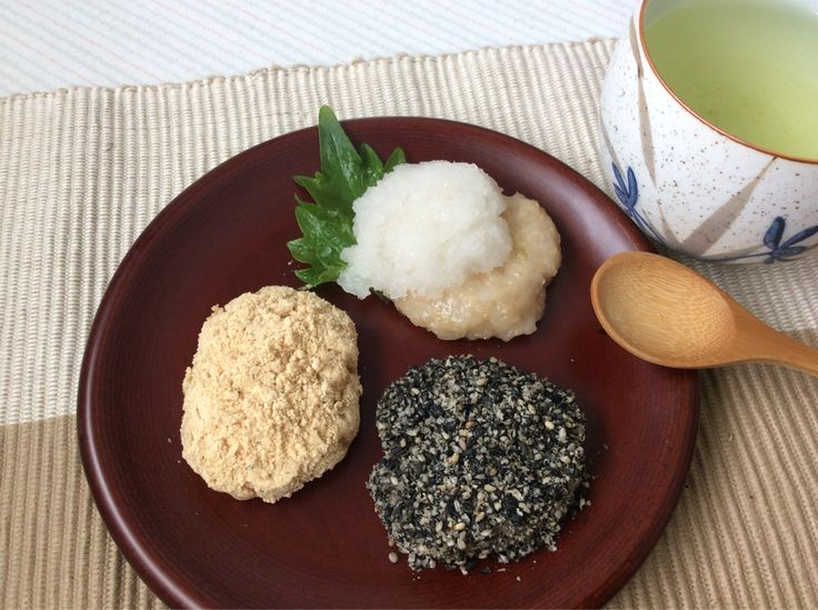 Brown rice mochi! Covered with kinako(soybean powder), black sesame, and grated daikon radish!Mochi goes well with Japanese tea! つきたての玄米もち。きな粉、黒ごま、大根おろしの三種でお茶の時間!
