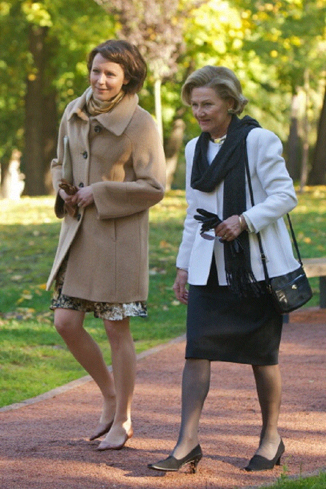 First Lady of Finland Jenni Haukio and Queen Sonja of Norway walk through the Royal Palace park during the 2nd day of the Finnish state visit.