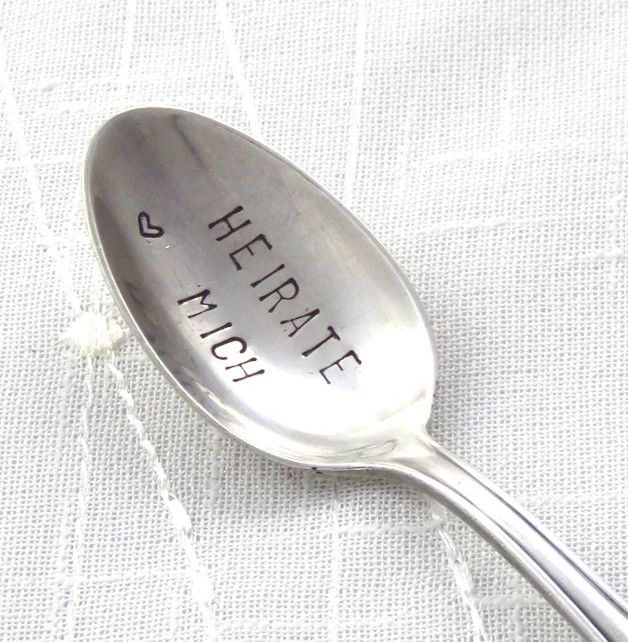 Schöner versilberter Kaffeelöffel, den ich mit folgender Beschriftung versehen habe:  Heirate mich   Eine liebevolle Botschaft zum Frühstückskaffee :)  Das Angebot bezieht sich auf einen...