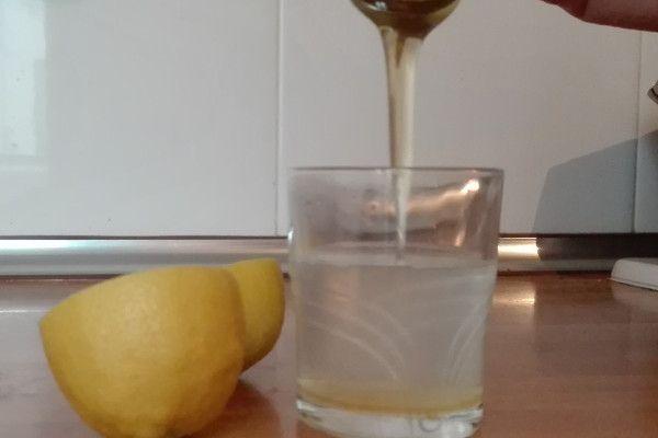 De garganta agua miel con dolor