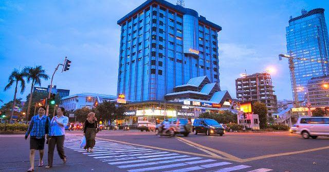 Gedung komersial ini dibangun pada tahun 1962 dan diresmikan empat tahun kemudian oleh Presiden RI pertama, Ir. Soekarno.  Sarinah adalah gedung pencakar langit sekaligus pusat perbelanjaan pertama di Indonesia. Peritel pertama kali adalah Sarinah Department Store yang mulai beroperasi pada 15 Agustus 1966.
