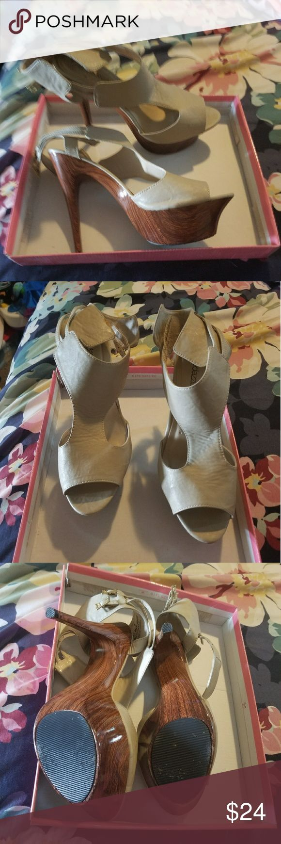 Shoe Dazzle Size 9 shoes Great condition small flaw in picture Shoe Dazzle Shoes Heels