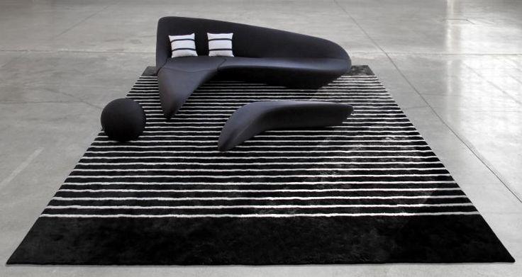 Luxusní černý bytový koberec JoV vyrobený ze 100% přírodních materiálů / Luxury black area rug made of all natural fibers, Boca Praha http://www.bocapraha.cz/cs/produkt/807/jov-mixed-quality/