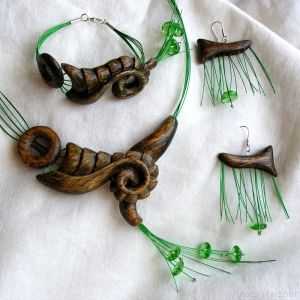Set jewelry made of wood and glass beads, steel wire and silver (pr 925).