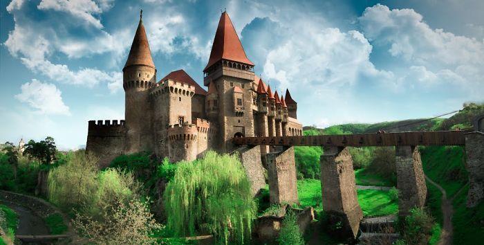 Hrad Corvin  byl postaven v těchto oblastech před více než šesti stoletími. Majestátní a krásný zámek kombinuje historickou stručnost s rodem sedmihradských magnátů Hunayady, ze kterého pochází uherský král Matyáš I. Korvín. Dnes je hrad Corvin oblíbenou turistickou atrakcí a jedním z nejvýraznějších příkladů gotické architektury mezi hrady v Rumunsku.