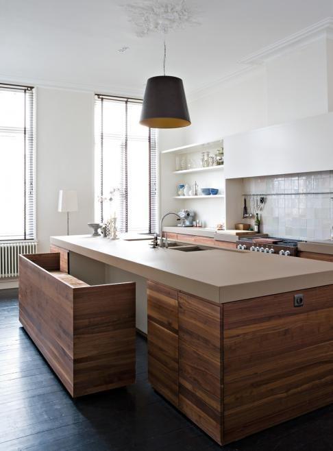 木製のベンチが組み込まれたアイランドキッチン