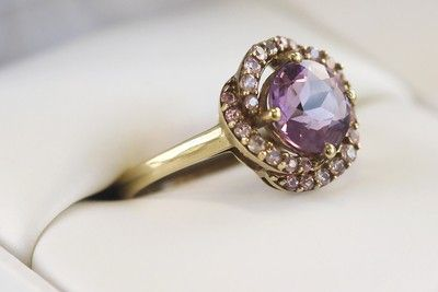 Pozlacený ametystový prsten s růžovými safíry #ametyst #ametystovyprsten #prstenysametystem #fialovydrahokam #prsteny #stribrneprsteny #zlateprsteny #prstenystribro #diamanty #diamantoveprsteny #snubniprstenypraha