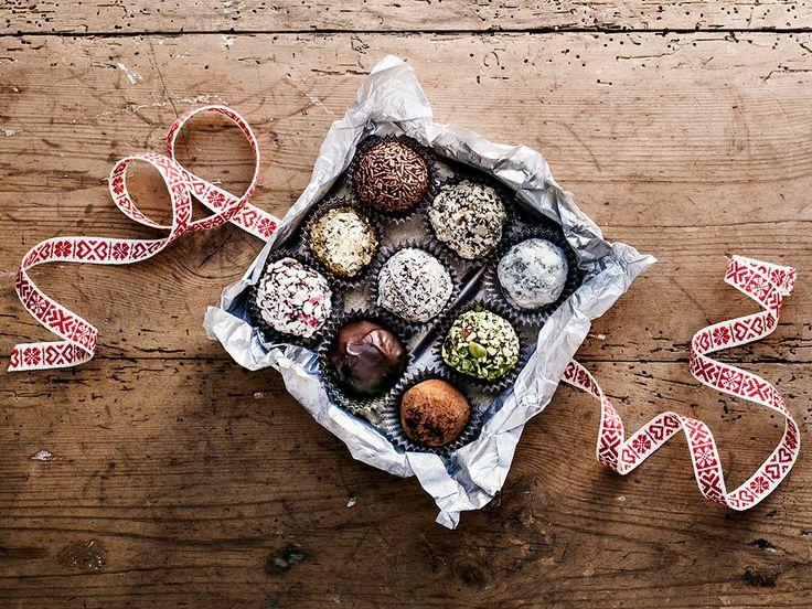 Ljuvligt goda hemgjorda tryfflar, perfekt att ge bort i julklapp - eller äta upp själv. Rulla tryfflarna i kakao, nötter, finhackade karameller eller annan valfri garnering.