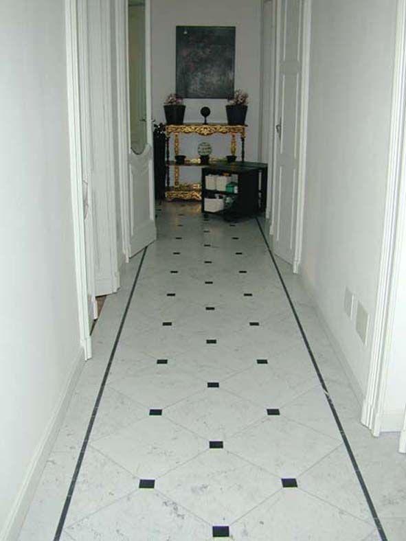1h pavimento in marmo Bianco di Carrara con fascia e tozzetti in marmo Nero Marquina