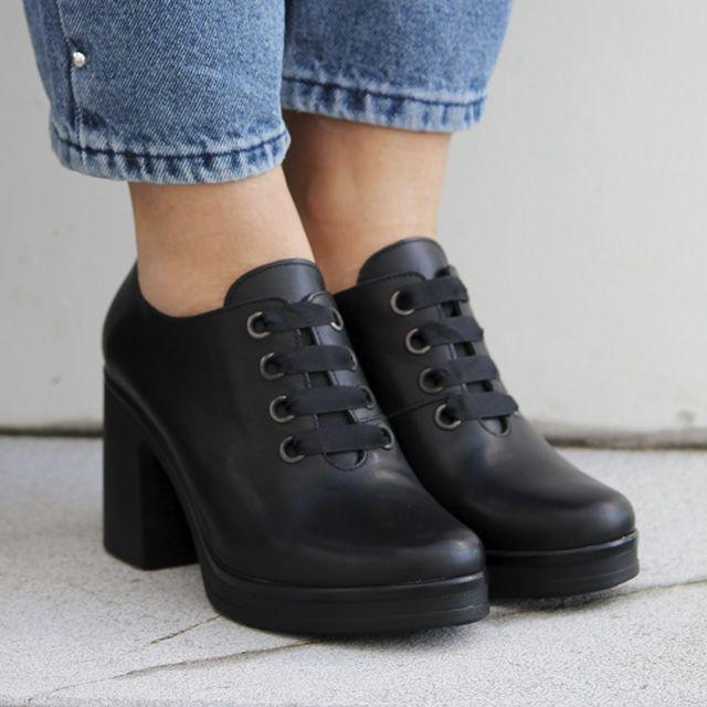 3110fef19f744 Zapatos para mujer en color negro. Características con cordones ...
