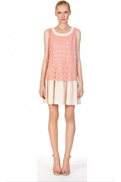 Vestido troquelado en tonos rosa nude y beig... disponible en www.caprizzio.es