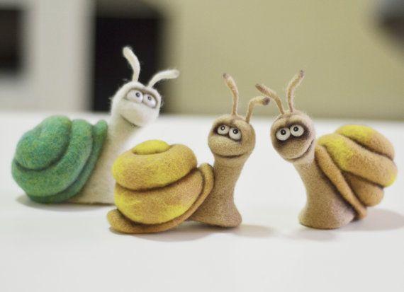 Needle Felted Toy - petit mouton. Grand cadeau de moins de 50. Sheepis aiguille feutré de laine naturelle. Il mesure environ 7cm (2,8 pouces) de hauteur. ** Prix pour un article. Remarque : Comme le ces jouets sont fabriqués sur commande, sil vous plaît permettre 2-7 jours après réception du paiement avant que larticle est expédié. * Vous recevrez une photo des jouets avant que larticle est expédié. * Vous pouvez sélectionner une couleur différente. Merci de visiter ma boutique :...