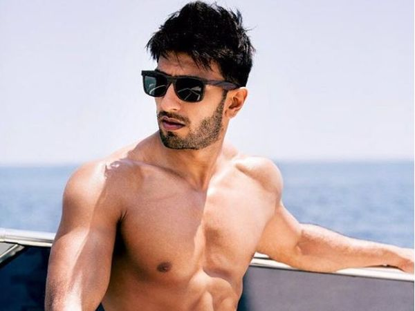 Ranveer Singh's fitness trainer recently uploaded a picture of the star working out and oh my! what a hot picture it is.