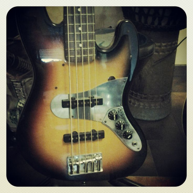 Battipenna custom in acciaio inox per basso Fender Jazz 5 corde. http://byomusic.it/