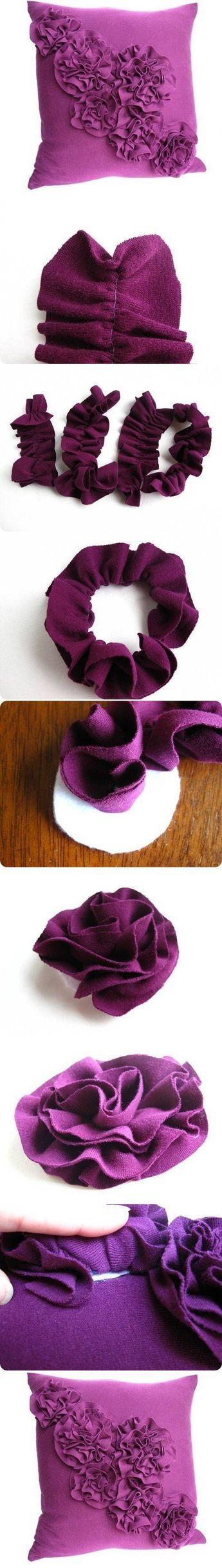 Zelf maken ... kussen met vilt bloemen. Kijk voor vilt eens op http://www.bijviltenzo.nl
