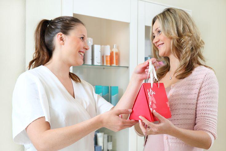 Confira Passo a Passo Como Abrir Uma Loja de Importados;Revender produtos adquiridos diretamente de outros países é um negócio promissor, já que tratam-se de itens variados e que são difíceis de serem encontrados por aqui. Além disso, o custo da compra por meio de sites internacionais é mais vantajoso para lojistas, que podem oferecê-los a preços mais altos, resultando em uma lucratividade grande. Seja por meio de lojas físicas ou pela internet, a revenda de roupas, sapatos...