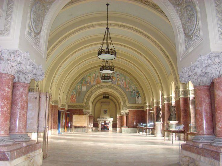 Muzeul National al Unirii Alba Iulia se numara printre cele mai importante institutii muzeale din România, atât din punct de vedere al patrimoniului sau, cât si al prestigiului stiintific. Muzeul este adapostit în Cladirea Babilon din 1968, care prin bogatia  plastica a fatadelor reprezinta cel mai important monument de arhitectura romantica din oras.
