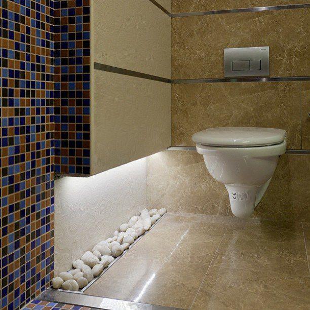 Как постоянно нас учат дизайнеры: одно и то же помещение можно сделать разным при разных сценариях освещения. Пусть даже такое маленькое, как туалет. #дизайн #интерьер #стиль #ванная #сантехника #плитка http://santehnika-tut.ru/aksessuary-dlya-vannoj/svetilniki/