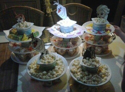 Frozen verjaardag Plastic borden bekers soepbakjes,lindjes,lijm,stikkers of iets anders ter decoratie en snoep natuurlijk! De kinderen vinden het geweldig ♡