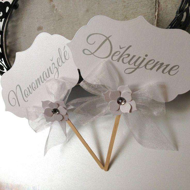 """Rekvizity na focení """"NOVOMANŽELÉ&DĚKUJEME"""" I Vyšperkujte své svatební fotografie a pořiďte si na svatební focení cedulky s nápisy. :). Poděkujte svým blízkým, kteří s Vámi strávili Váš výjimečný den posláním svatební fotografie se vzkazem Děkujeme, anebo oznamte svým známým svoji svatbu posláním fotografie s nápisem Novomanželé. Tyto cedulky jsou zhotoveny z ..."""