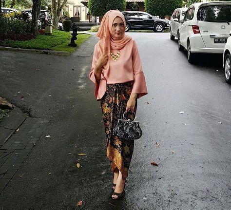 """381 Likes, 6 Comments - Inspirasi Gaun, Kebaya, Batik (@inspirasigaunkebayabatik) on Instagram: """"source: @auliaaryandi (diambil dari berbagai sumber) . . . #kebaya #inspirasikebaya…"""""""