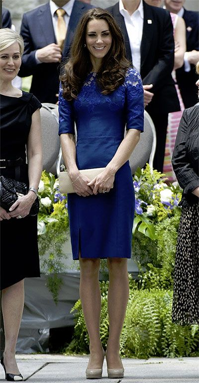 キャサリン妃のブルーのドレススタイル1