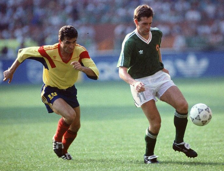 Rep of Ireland 0 Romania 0 (5-4 pens) in 1990 in Genoa. Kevin Sheedy has Gheorghe Hagi closing in as the Round 2 game went to penalties #WorldCupFinals
