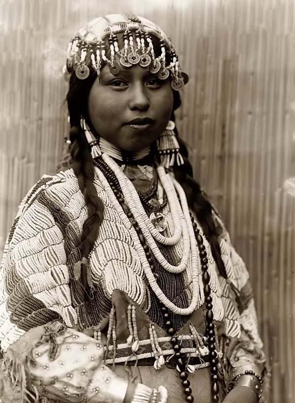 Edward Curtis -- Wishham Indian Bride: